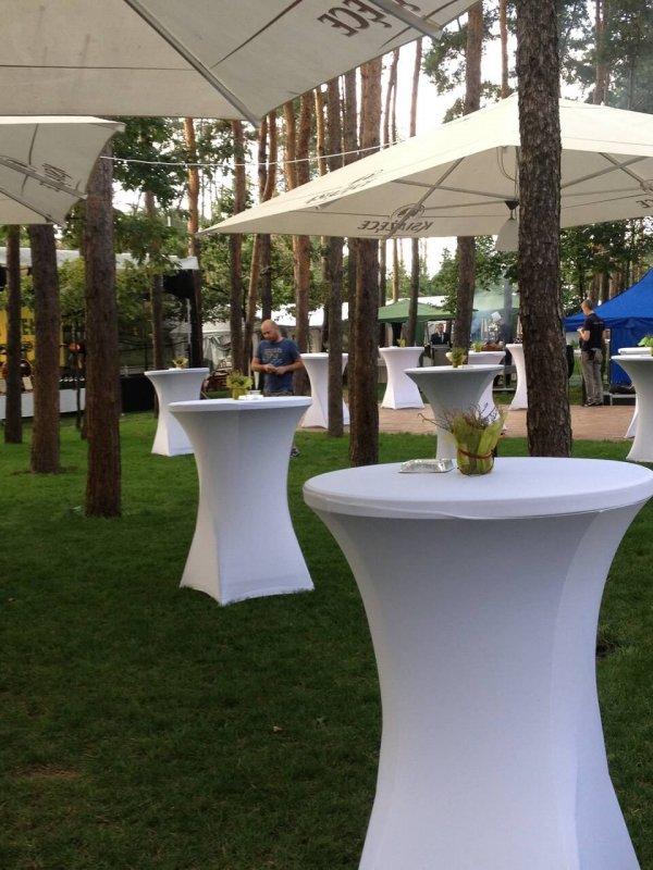 stoły pod parasolami